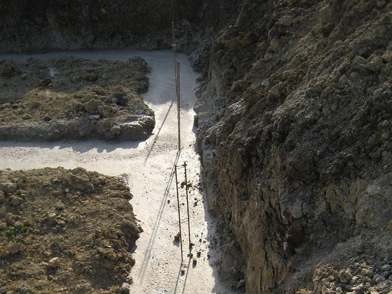 Les ferrailles dépassent du béton qui a été coulé.