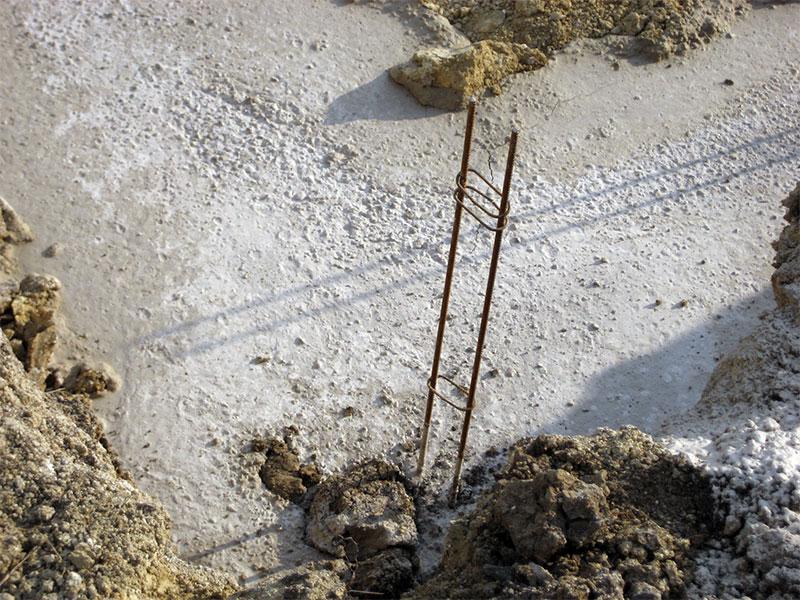 Les ferrailles sont rouillées afin d'adhérer mieux au béton.