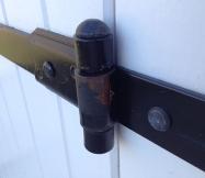 La rouille est bien installée sur la ferraille des volets de notre maison.