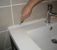 découpage de l'ancien joint de silicone de notre vasque