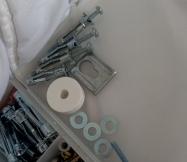 chevilles molly, vis, rondelles tout ce qu'il faut pour fixer le meuble de salle de bain