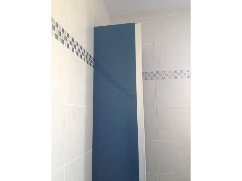 Vue de côté du meuble de salle de bain
