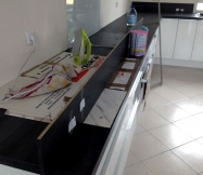 Préparatifs pour le collage des finitions de la crédence de la cuisine.