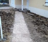 Chemain d'accès réalisé avec des dalles gravillonnées