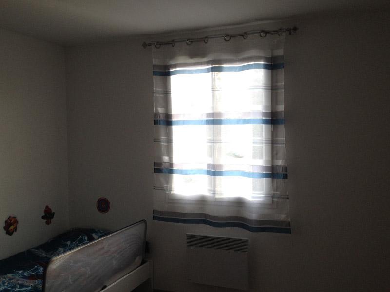 rideau avec des rayures dans la chambre de notre garçon