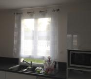 Nous avons installé le même style de rideau dans la cuisine.