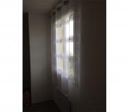 rideau blanc dans la chambre des parents