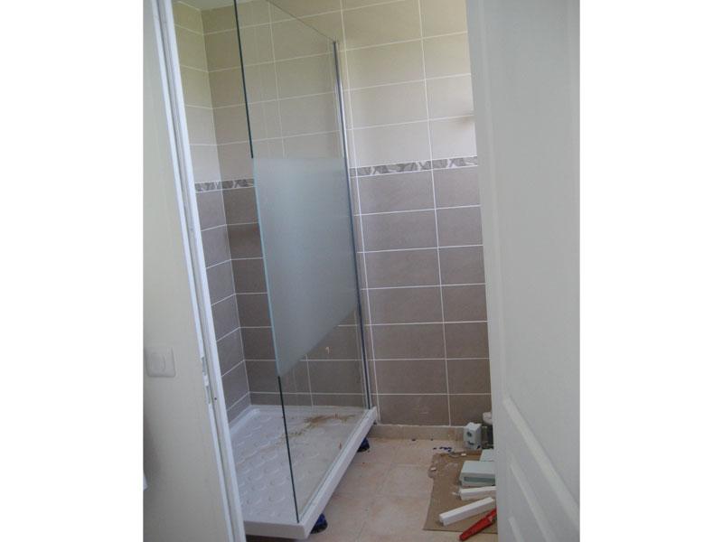 Le pare-douche est en place, il ne manque plus que le petit tablier pour cacher les pieds du bac.