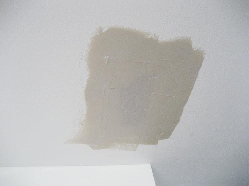 Une première couche d'enduit est passée sur la plaque de BA13.