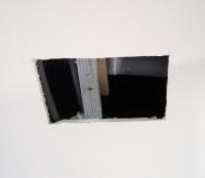 Pour réparer la fuite au plafond, il faut découper le plafond au niveau de la zone humide.