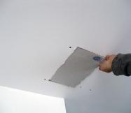 Une nouvelle plaque de BA13 est fixée pour masquer le trou du plafond.