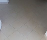 Après une journée de ponçage de nos plafonds, notre salon est plein de poussière.