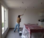Le peintre de chez Phénix est en plein travail dans notre salle à manger.