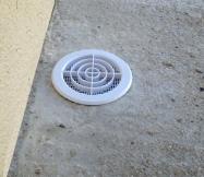 Mise en place d'une grille sur l'aération de notre vide sanitaire. Les travaux sont terminés.