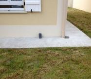 Le tube en pvc qui dépasse de nos terrasses est là pour aérer le vide sanitaire de notre Maison Phénix.