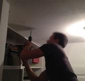 Pour installer le rail au plafond, il faut donc percer des trous et y insérer des chevilles molly