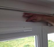 Nous lissons le mastic au doigt tout autour de la porte-fenêtre