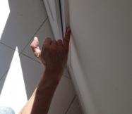 Dernier lissage de mastic et le travail d'isolation de nos portes-fenêtres est terminé.