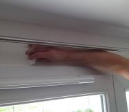 nettoyage du surplus de mastic sur le contour de la porte-fenêtre