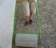 Voici le rouleau que nous avons loué pour aplanir le terrain et enfoncer les graines.