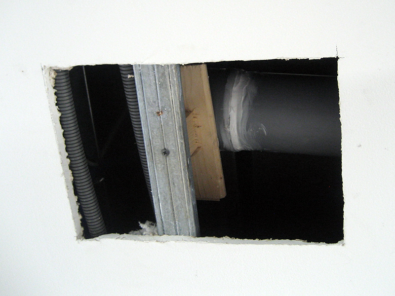 Le plombier Phénix à réparé la fuite de notre plafond.