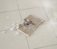 La fuite d'eau a commencé à ronger le placo de notre plafond.