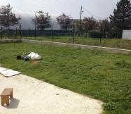 La coupe de l'herbe du jardin à l'arrière est presque terminée.