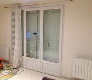 La porte fenêtre qui laisse passer du froid est située dans notre salon.