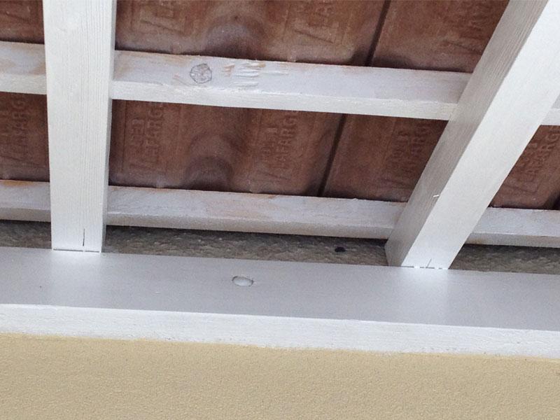 il n'y a pas de crépi juste au dessus de la poutre de notre porche.