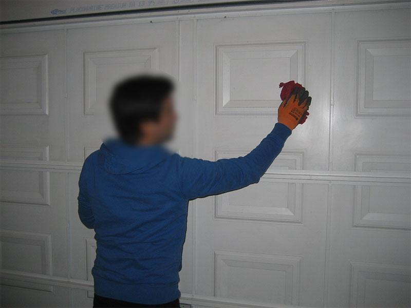 Pour commencer il faut nettoyer à l'acétone la porte de garage.