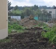 Monticule de terre à l'arrière de notre Maison Phénix