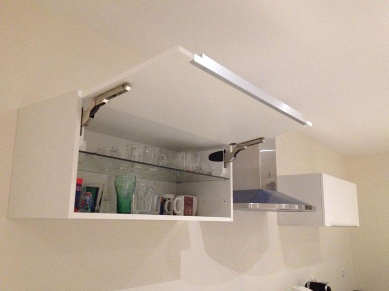 Pose des meubles hauts de la cuisine ma maison phenix for Fixer un meuble mural ikea