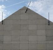 Les murs sont un assemblage de plusieurs plaques en béton.