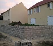 Vue de notre terrain Phénix avec le mur terminé.