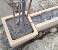 Les piliers et parpaings de notre muret sont remplis de ciment.