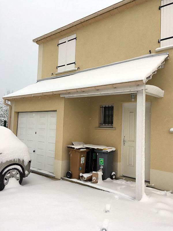 Le perron est lui aussi recouvert de neige.