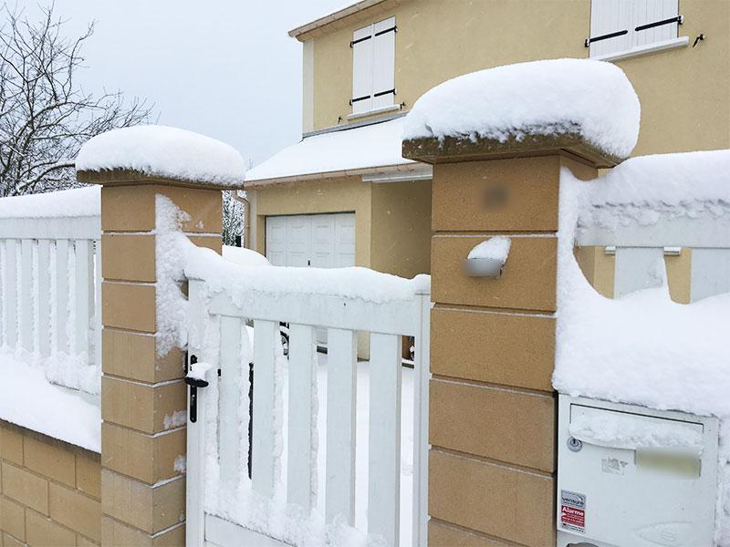 Notre portillon à lui aussi sont manteau de neige.