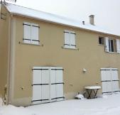 Il fait froid et les murs sont tachés de neige.