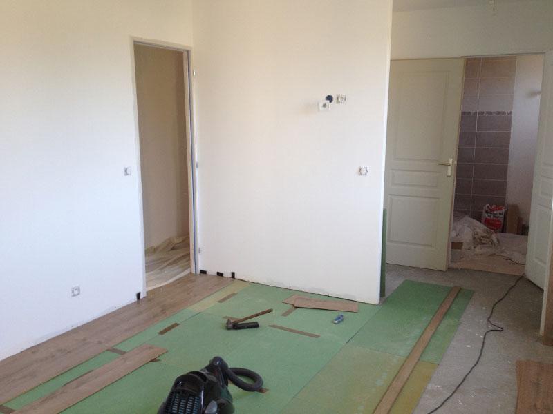 Travaux int rieurs pose des sols de l 39 tage ma maison for Sol stratifie chambre