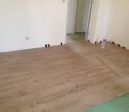 Le sol de la chambre d'amis est bientôt terminé.