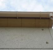 Les gouttières de notre toiture sont fixées.