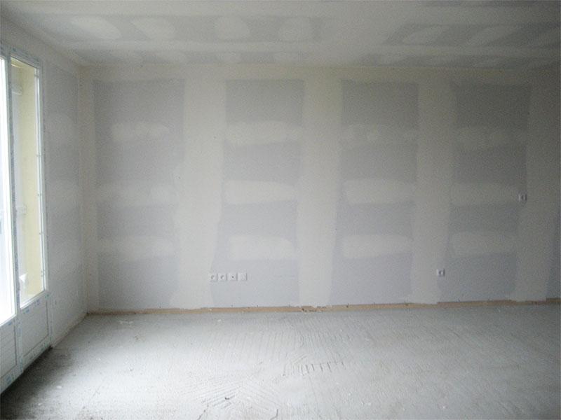 Les bandes des joints sont réalisées dans le salon.