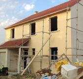 Fin de la pose du crépi sur la façade de notre maison.