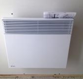 Installation des convecteurs électriques dans la maison.