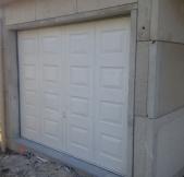 La porte du garage et elle aussi installée.