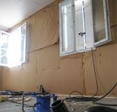 Le plafond de la chambre est isolé.