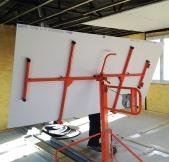 Machine pour monter les plaques de placo au plafond.