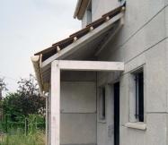Vue de côté du porche de notre Maison Phénix