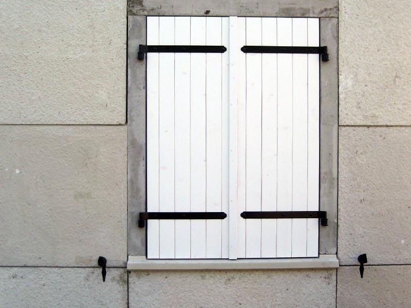 Portes fen tres et volets pos s ma maison phenix for Volet bois pour porte fenetre