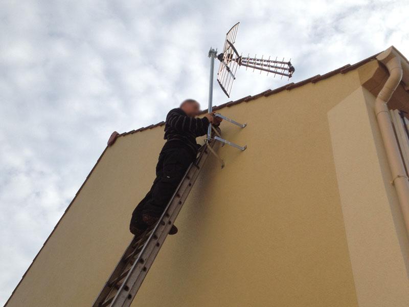 Pose de l 39 antenne t l ma maison phenix - Fixation tele mur ...